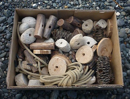 Threading set made from chunky natural materials