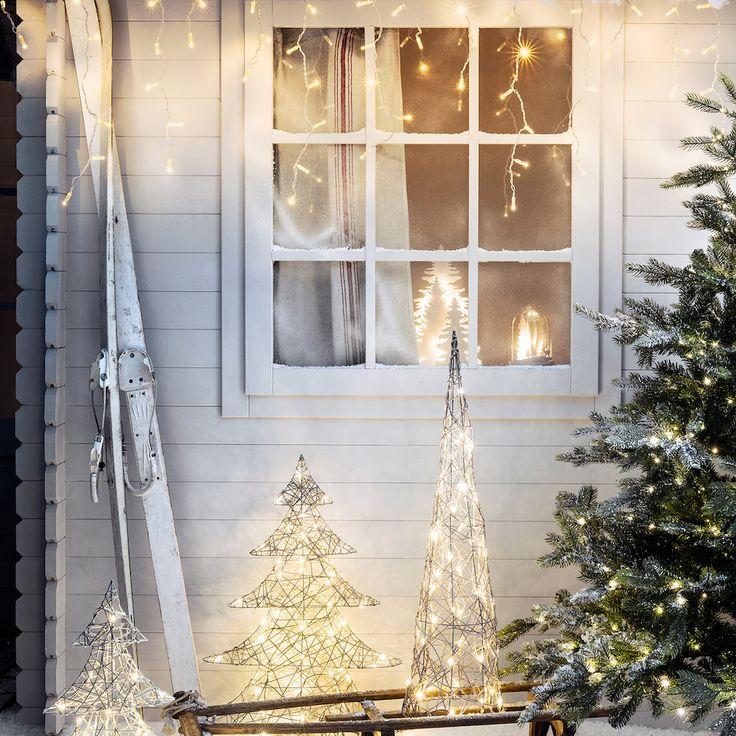 Świecące dekoracje świąteczne na zewnątrz domu
