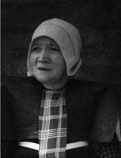 Portret van een oude vrouw in klederdracht te Eemdijk (gemeente Bunschoten). 1948 WF van Heemskerck Düker (fotograaf) #Utrecht #Spakenburg
