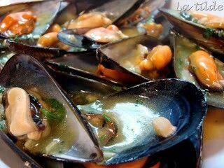 Mejillones en salsa marinera Muscheln in Marinara-Soße, Moules à la sauce marinara,  Cozze in salsa marinara,  Mussels in seafood sauce Мидии в соусе Маринара,  在大蒜酱贻贝 http://losniseiros.blogspot.com.es/2010/02/mejillones-en-salsa-marinera.html