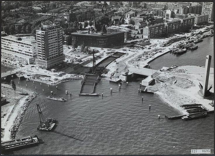 De tweede historische bouw foto in de reeks van 5. De in 1968 geopende 5,9 km lange metrolijn tussen Rotterdam Centraal en Zuidplein is de oudste metrolijn van de Benelux. De belangrijkste bouwklus hierin was de tunnel onder de Nieuwe Maas. Links op de foto is nog goed de ingang van de nu gedemte Zalmhaven te zien.