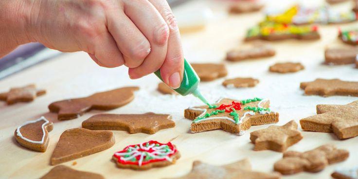 Пеките имбирное, яблочно-карамельное, шоколадное печенье всевозможных форм, украшайте глазурью, дарите друзьям или вешайте на ёлку. Если, конечно, сможете устоять и не съесть всё сразу.