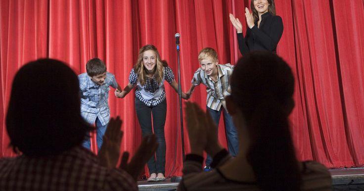 Como se preparar para um musical escolar. Se apresentar em um musical escolar pode ser uma atividade extracurricular maravilhosa, pois servirá não só como divertimento, mas também como preparação para uma futura carreira no teatro. Para participar do musical, você precisará se sair bem nos testes e, para isso, aqui estão algumas dicas.