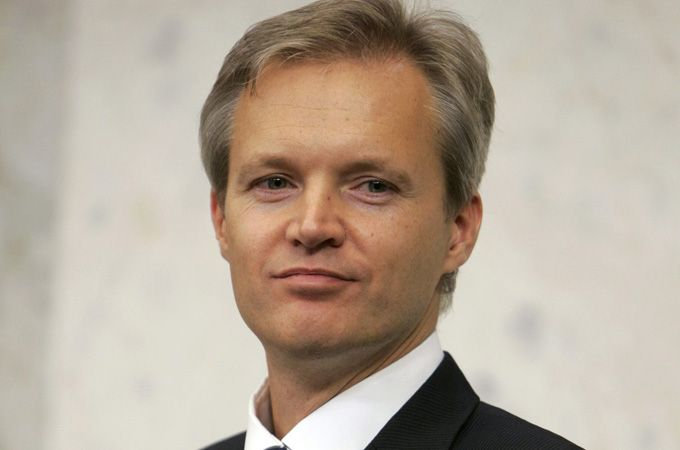 Sweden's defence minister has resigned in the wake of weeks of allegations that he knew that Swedish military agencies were in talks to help Saudi Arabia builda weapons plant, the government says.