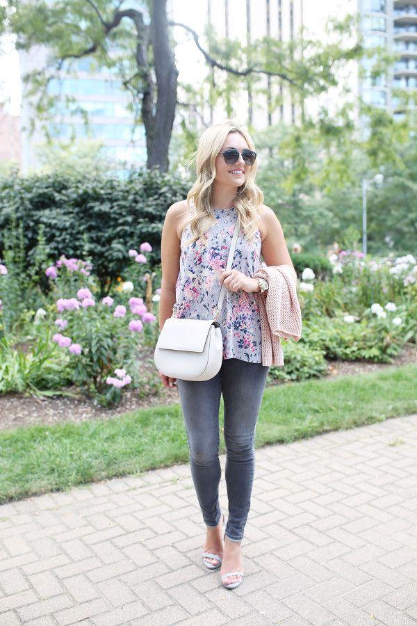 Мода блоггер луки и блестки носить серые джинсы, цветочные Пейсли отпечатанных верх от Old Navy, в Crossbody сумку Кейт Spade и Dior солнцезащитные очки.