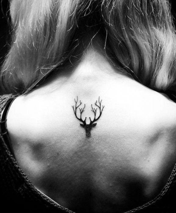 Tatuaje ciervo en la espalda