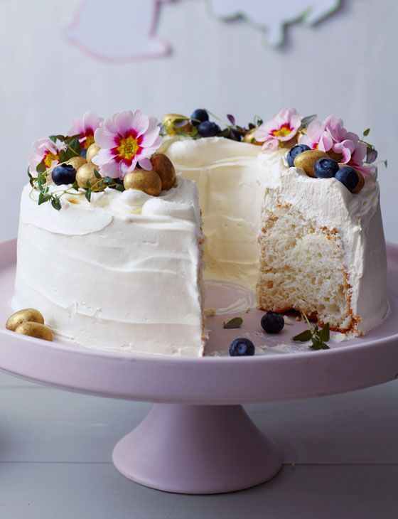 White cloud cake: this lovely, light and delicious round bundt cake is the perfect treat to bake this Easter. Decorated with blueberries and mini eggs, it's sure to disappear within minutes…