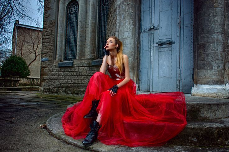 A scarlet dress is a must-have, no matter the season. And a red dress with the skirt made out of tulle is the apex of femininity. #dress #reddress #tulle #gloves #makeup