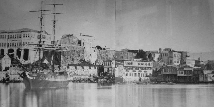 Σε τμήμα φωτογραφίας του William Stillman (μεταξύ 1860 και 1870) η ίδια περιοχή με το τζαμί δεξιά και το Διοικητήριο αριστερά. Μπροστά από το λόφο Καστέλι υπάρχει το νεότερο τείχος με τις κανονιοθυρίδες του, πάνω από το οποίο διακρίνονταιο και τα λείψανα του Βενετσιάνικου Palazzo. Δεξιά πίσω από το Βυζαντινό τείχος φαίνεται να υπάρχει ένα μακρόστενο, ισόγειο κτήριο και πιο δεξιά ένας ερειπωμένος ναός στη θέση πύργου του τείχους.