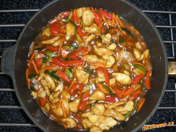 .Zeleninu nakrájíme na nudličky (papriku,mrkev,zelí,)(porek na kolečka) zprudka opékáme na rozpálen...