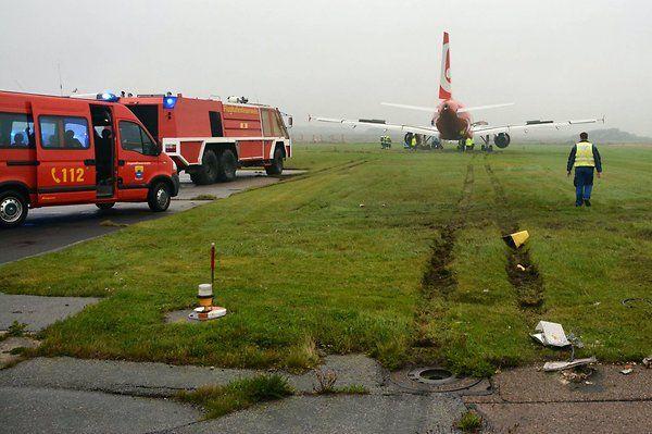 Das Flugzeug vom Typ A320 ist über die Landebahn hinausgeschossen und kam erst 50 Meter dahinter zum Stehen.