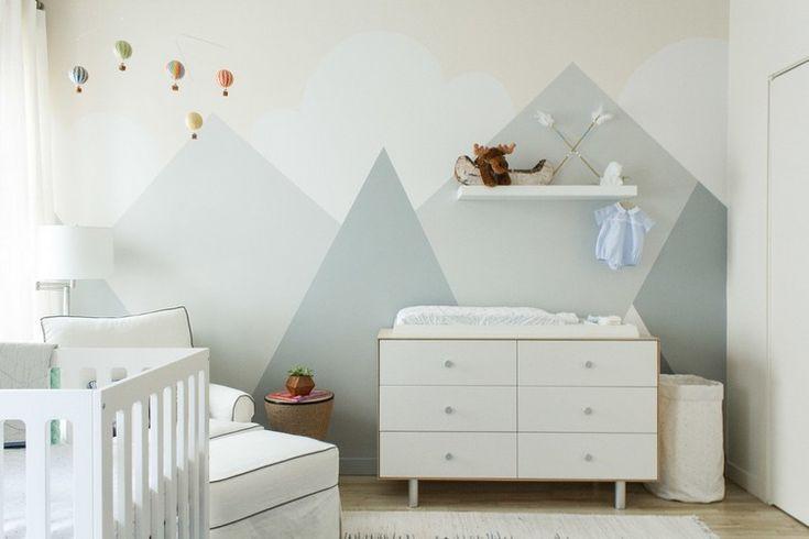 Babyzimmer mit Wandgemälde mit Gebirgen und Wolken – Johanna Stütz