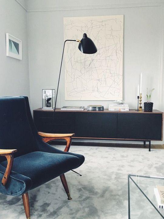 Sideboard im Skandi-Look. Dank schmaler Füße und heller Wand- und Bodenfarbe wirkt es schmal und leicht