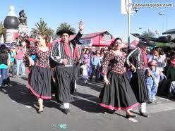Los hombres y mujeres de nacionalidades viziñas  con trajes y culturas semellantes.