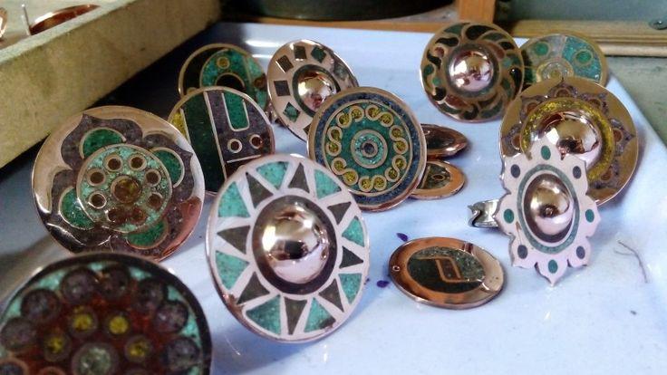 Anillos de cobre y piedras reconstituidas
