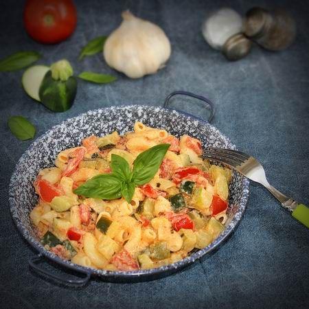 Egy finom Cukkinis-paradicsomos tészta ebédre vagy vacsorára? Cukkinis-paradicsomos tészta Receptek a Mindmegette.hu Recept gyűjteményében!