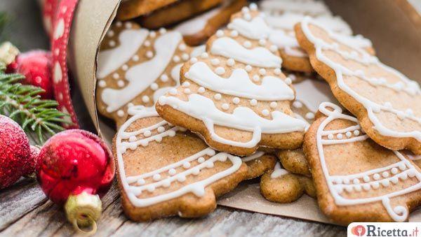 I biscotti alla cannella di Natalesono uno deidolci nataliziche contraddistinguonole feste. Non c'è occasione migliore del Natale per cimentarsi nella preparazione di tante ricette semplici e gustose. Offrire un buon biscotto fatto in casa dopo le grandi abbuffate natalizie è saggio ed economico. Ottimo all