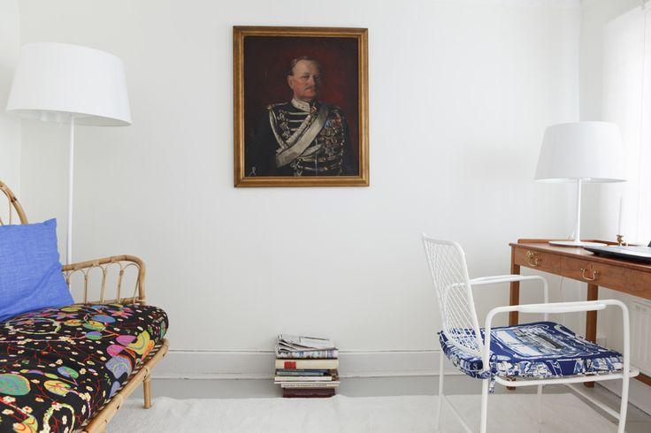 Rottningsoffan är klädd med tyg från Josef Frank. Skrivbord Svenskt tenn. Styling ML Douglas, photo Pernilla Hed/Sköna hem