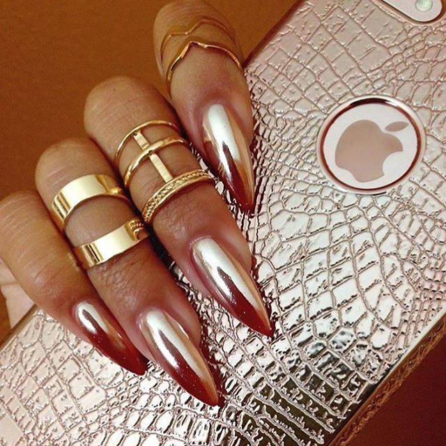Rose gold everything! We love this #clientview photo showing off @nailzbytn's work. Thanks for tagging #nailsmagazine. #chromenails #rosegoldnails