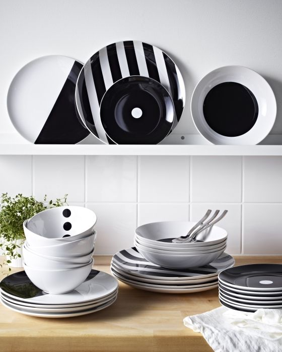 With simple patterns of big dots and thick stripes in striking black and white, our TICKAR dinnerware series really stands out. Dishwasher- and microwave-safe, it combines Scandinavian inspiration with modern practicality.