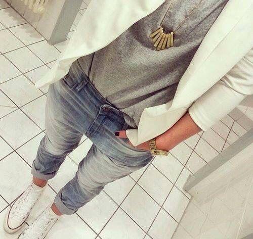 Outfit casual, blazer blanco y converse
