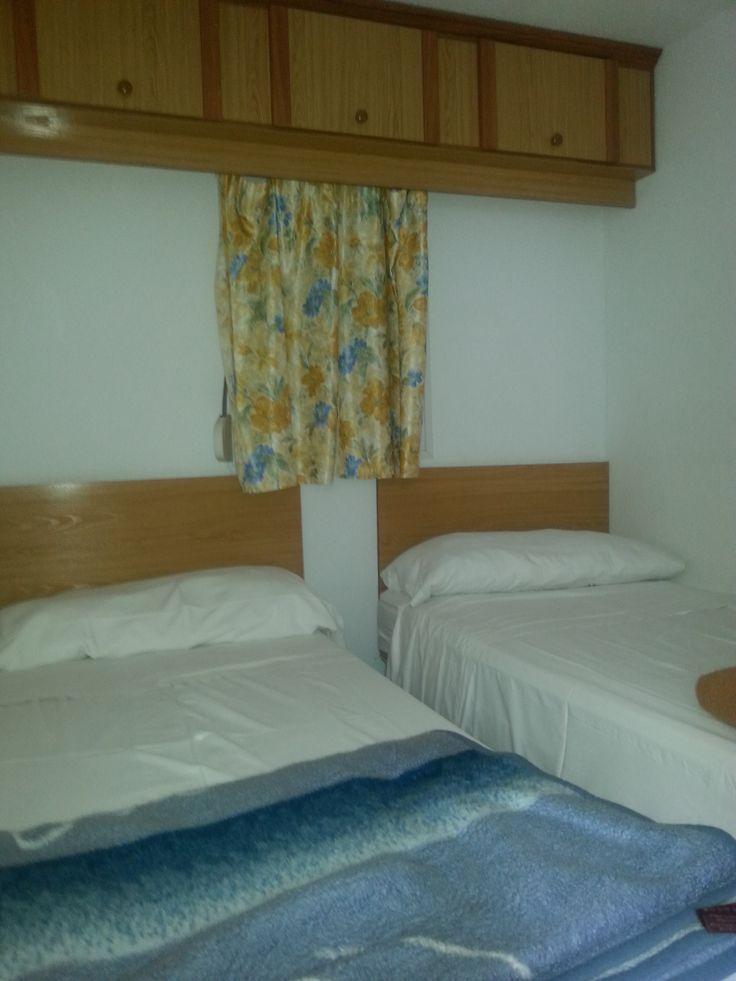 MobilHome 2 dormitorios dobles (cuatro plazas). Cocina americana Cuarto de aseo con ducha Salón Aire acondicionado/calefacción. 60 euros x noche Descuento por 15 días o mes.