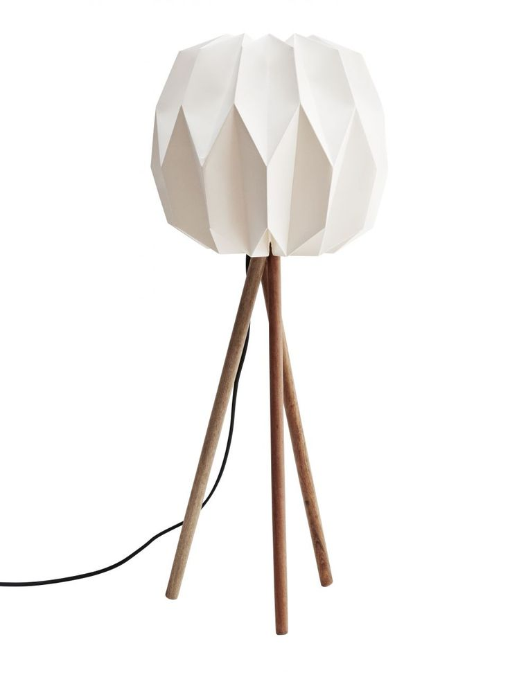 http://www.nordicday.cz/dekorace/stolni-lampa-white-with-wooden-legs/