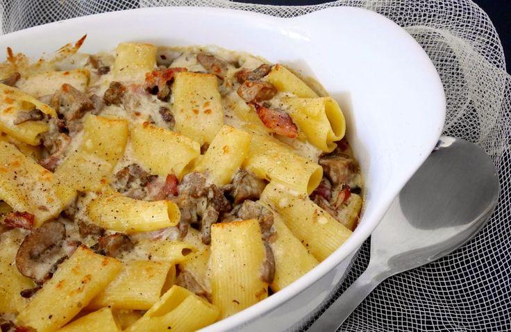 La pasta al forno funghi, speck e gorgonzola è un gustosissimo e semplicissimo primo piatto adatto alle tavolate numerose.