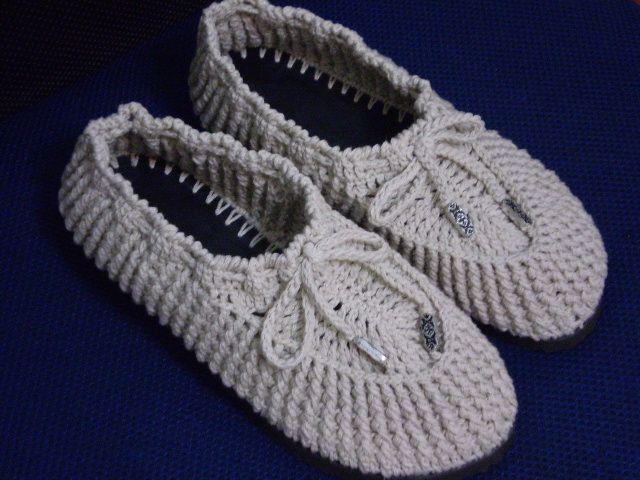 O Inverno está chegando, nada melhor que um sapatinho em croche de lã com sola emborrachada, diversas cores e tamanhos.