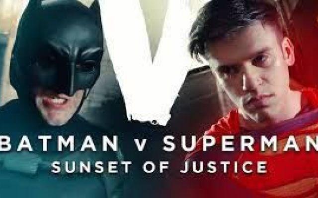 """Parodia del film """"Batman Vs Superman"""" Questa nuova parodia del film avente come protagonisti due grandi supereroi l'uno contro l'altro vi farà morire dalle risate in quanto il video è stato girato da professionisti della comicità che han #parodia #film"""