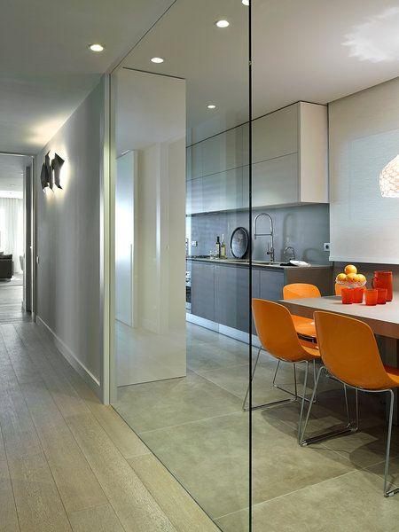 Tabique de cristal para delimitar la cocina del pasillo