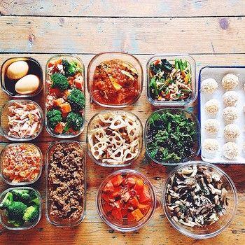 色とりどりの常備菜や冷凍保存できるおかずの数々。きっちり1週間分を作るのではなく、作れる時に作れるものを作るのがコツだそうです。  サラダや卵系は3〜4日で消費を目安に、他はお弁当用に小分けにして冷凍保存をしています。