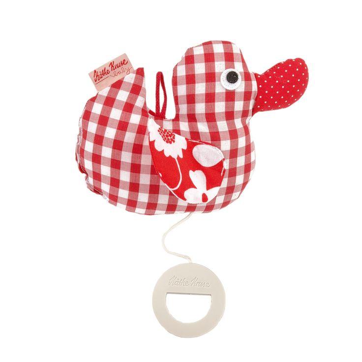 Kleines Entchen Spieluhr im roten Vichy Karo Design und der Spieluhr-Melodie Schuberts Wiegenlied der Babymode Firma Käthe Kruse aus Deutschland. Die Entchen Spieluhr hat eine kleine Öse zum befestigen und kann durch den einfach zu bedienenden Ring einfach aufgezogen werden. Geeignet a 0+ Monaten und zu reinigen einfach mit einem feuchten Tuch abwischen.