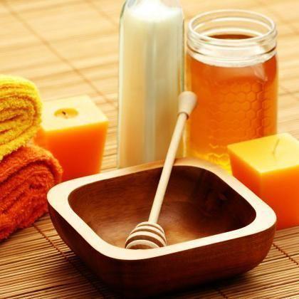 Trucchi di bellezza con il miele. La miele di ape è uno degli ingredienti più utilizzati per i trattamenti di bellezza in virtù dei suoi molteplici vantaggi per la pelle e i capelli. Le sue proprietà antiossidanti, la sua ricchezza di...
