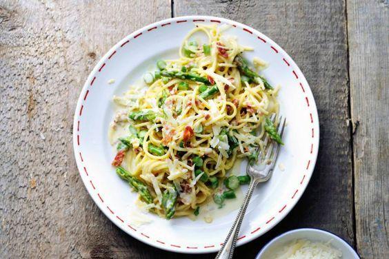 21 mei - Groene asperges in de bonus - Een supersmeuïge pasta boordevol smaken: zoutige pancetta, romige saus en knapperige asperges - Recept - Allerhande