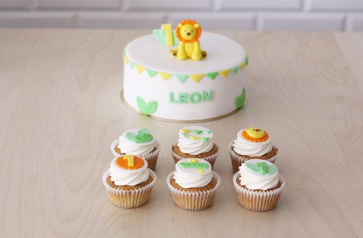 tort z lwiątkiem i cupcakes z urodzinową dekoracją