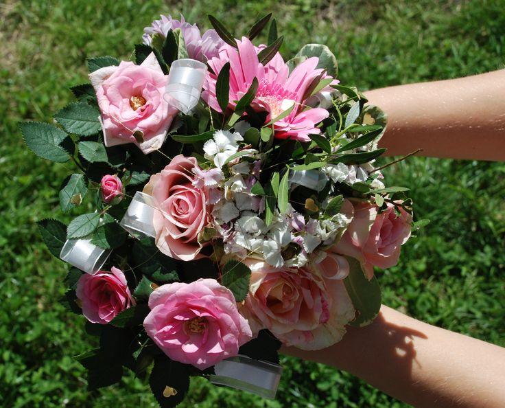 Bruidsboeket - zelfgemaakt boeket, bijeengehouden door diverse linten. #bruiloft #bloemen #DIY #knutselen #creatief #linten #bruidsboeket #boeket