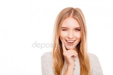 Descargar - Retrato de mujer feliz mente atractiva guiñando un ojo y el coqueteo — Imagen de stock #135376560