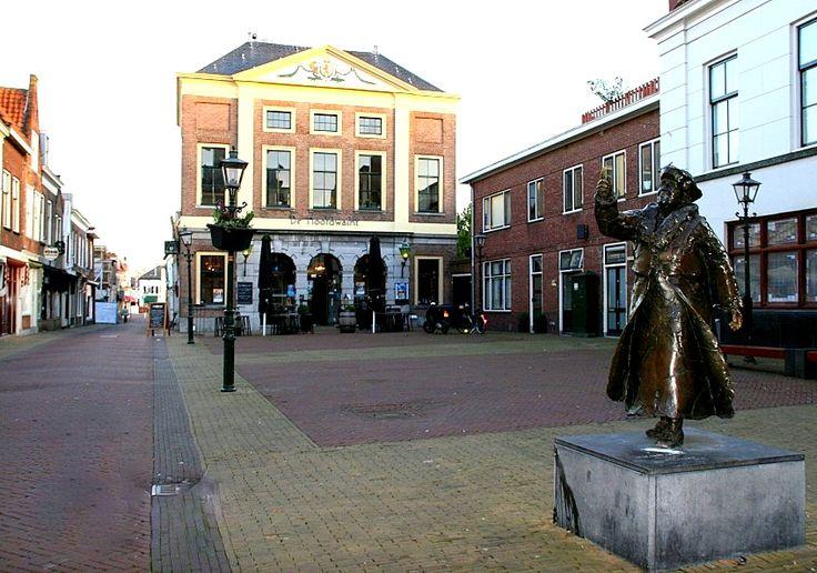 Brielle - Hoofdwacht, nu een restaurant. Rechts beeld van Koningin Wilhelmina.