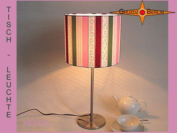 Hier eine andere Version der Tischleuchte HEDDA Ø 20 cm Tischlampe gestreift. Beim Anblick der Tischleuchte HEDDA, Ø 45 cm, mit ihren schönen Streifen denkt man unwillkürlich an Gemütlichkeit oder an ein Wiener Kaffeehaus. Der Baumwollsatin mit Streifen strahlt das weiße Licht der Wohlfühlstimmung in den Raum.