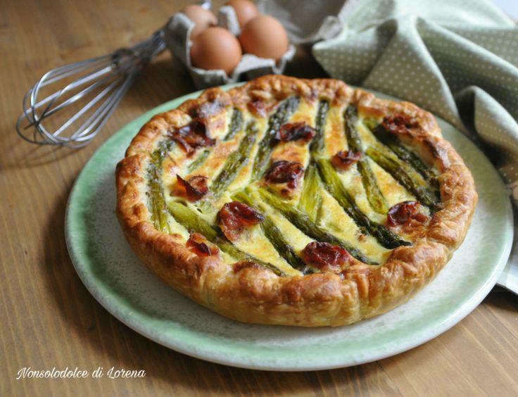 Torta di sfoglia con asparagi e roselline di speck