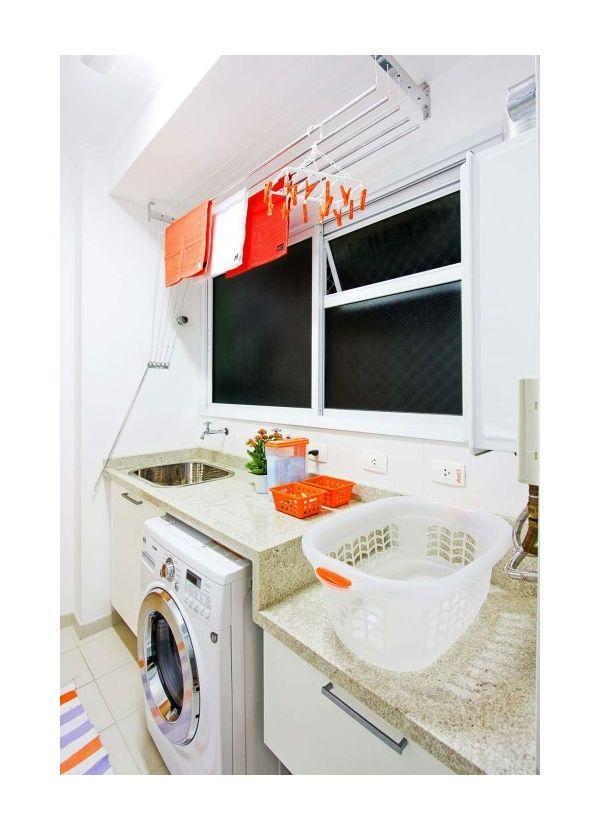 Foto: Detalhes Mágicos #lavanderia #organizada #prateleiras #varal #janela #marmore #sobmedida