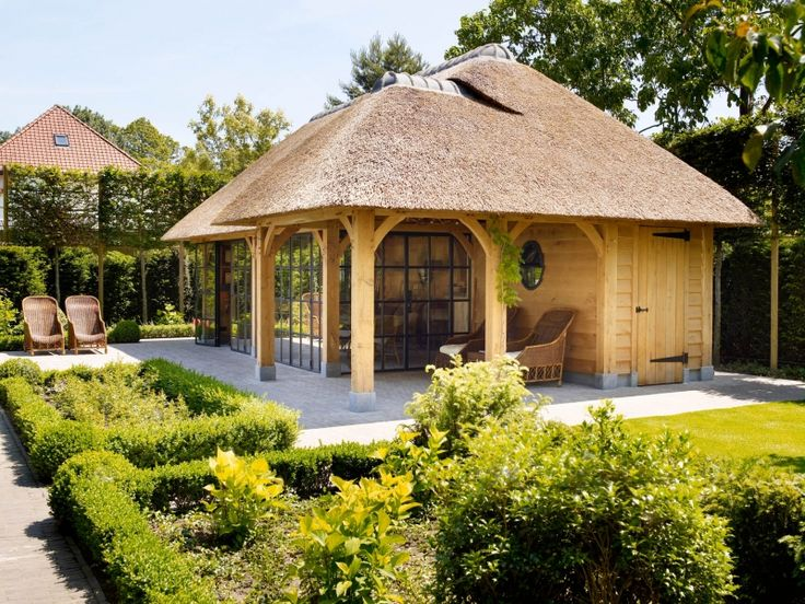 This is a poolhouse, but it would make an amazing little studio!
