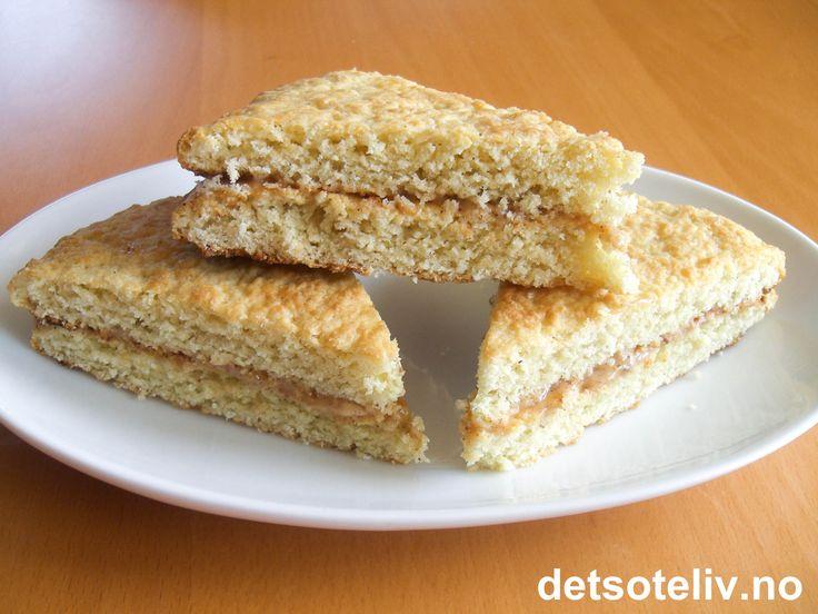"""Ingenting er så norsk som lefser! Mange tror at det trengs takke for å lage skikkelige lefser, men tykke gode """"Lefsesnipper"""" (også kalt """"Tykklefser"""") steker du enkelt på vanlig stekeplate. Kakene på bildet er fylt med smør, sukker og kanel, men kan også fylles med for eksempel Nugatti, se oppskrift og bilde på """"Lefsesnipper med Nugatti""""."""
