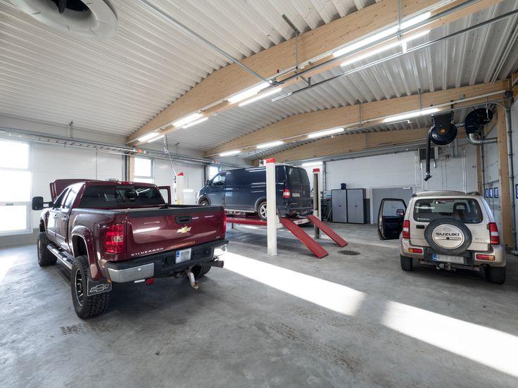 Fixing cars in Rannikon Tarvike is so much easier and enjoyable with bright and good lighting. Rannikon tarvikkeessa on paljon mukavempi ja helpompi tehdä korjaustöitä kirkkaassa valaistuksessa.