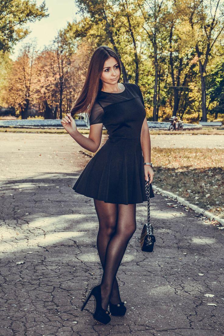 девушка в коротком платье и черных колготках
