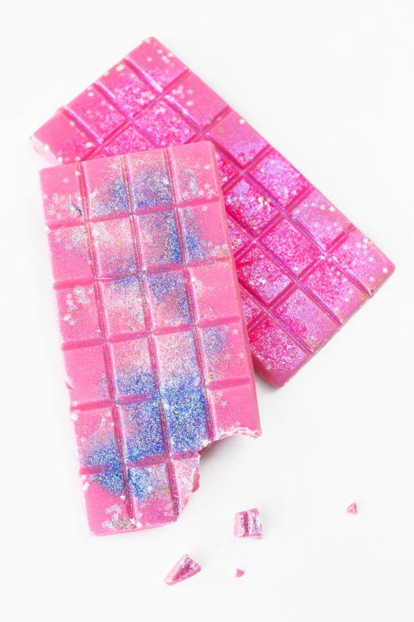 Edible Glitter Chocolate Bars (+ A Guide to Actual Edible Glitter) | studiodiy.com