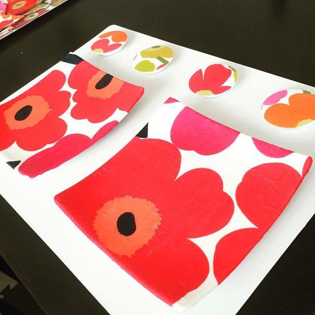 最近話題のデコパージュ。マリメッコのかわいいデザインの紙ナプキンを使って、バッグや雑貨、インテリアアイテムなどの身近なアイテムをキュートに変身させてみませんか? 材料を用意すれば、意外と簡単に作ることができるんです!お子さんと一緒にペタペタ楽しみもよし、DIYの楽しさにハマるのもよし♪ 大好きなマリメッコのアイテムにかこまれて、毎日がとっても楽しくなりますよ♪ダイソーやセリアなどの100均でも材料が手に入るので、次のお休みに是非チャレンジしてみてくださいね。