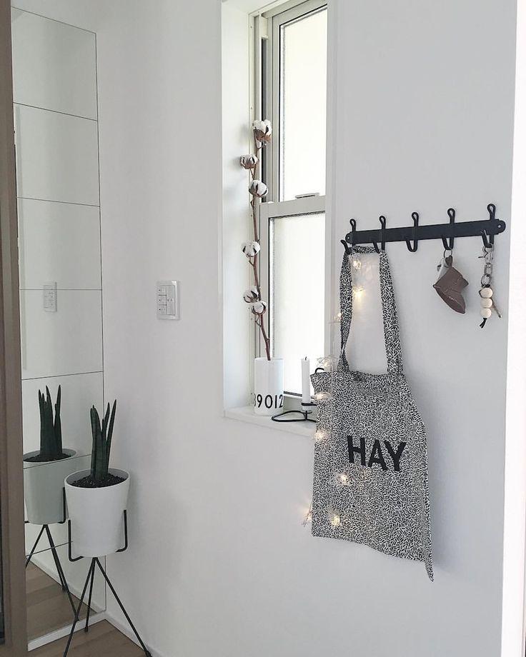 """@__________7hm7_____ auf Instagram: """". ❋──❁ɢ∞פ ʍօ®ɴɪɴɢ❃──❋ . . 先週のIKEAで、フックを買ったので 玄関ドアの真横につけました꒰ ´͈ω`͈꒱ . ずっと鍵類はシューズボックス上に 置いてたのでフックのお陰でとーっても 便利になりました✧*。٩(ˊωˋ*)و✧*。 . . あと、サンスベリアもIKEAで . . #IKEA#green#potstand#haydk#cottonflower#MINNETONKA#interior#monotoneinterior#simpleinterior#simplelife#Scandinavianinterior#kurashiru#kaumo#sansuberia#designletters#暮らし#モノトーンインテリア#白黒インテリア#北欧インテリア#シンプルインテリア#シンプルライフ#丁寧な暮らし#マイホーム#玄関#フック#デザインレターズ#コットンフラワー#イケア"""""""