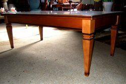 Hele nette notenhouten salontafel in klassieke stijl. Tafel heeft een hele mooie roodachtige kleur. Breed 65 cm. Lang 130 cm. Hoog 48 cm. € 70,-